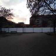 Za ohradou probíhají demoliční práce na odstranění pomníku I. S. Koněva (Praha, náměstí Interbrigády, 20.11.2020)