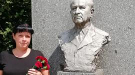 Petra Prokšanová u pomníku Ludvíka Svobody